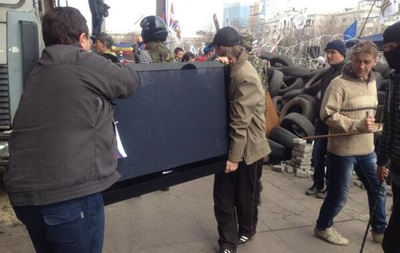 Возле Донецкой ОГА куда-то потащили огромный телевизор
