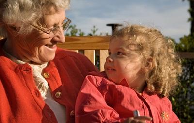 Забота о внуках защищает бабушек от болезни Альцгеймера
