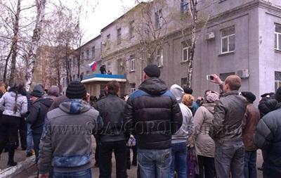 Из захваченного здания милиции в Славянске начали выпускать правоохранителей