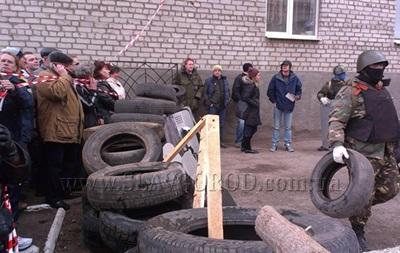 Возле захваченного горотдела милиции в Славянске возводят баррикады