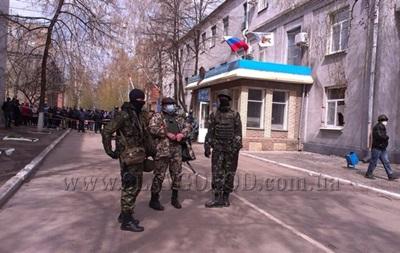 В Славянске захвачены здания милиции и СБУ, активистам раздают оружие - МВД