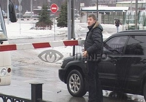 В Киеве возмущенный водитель сломал шлагбаум