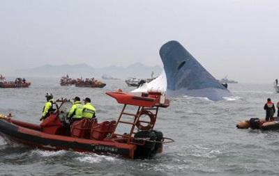 Южная Корея: с тонущего парома спасены 179 человек, 290 не найдены