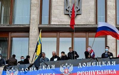 В Донецке около аэропорта  проводят собрание  активисты Донецкой республики