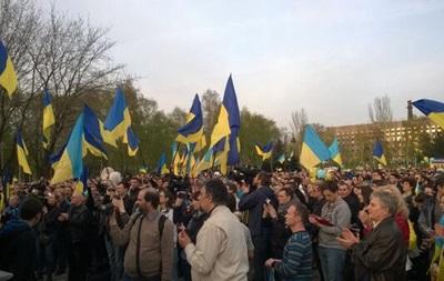 За единую Украину: в Краматорске митинговали около тысячи человек, в Донецке развернули флаг размером с площадь