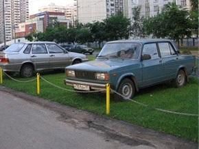 За парковку в парках, скверах, на клумбах и газонах в Киеве будут штрафовать