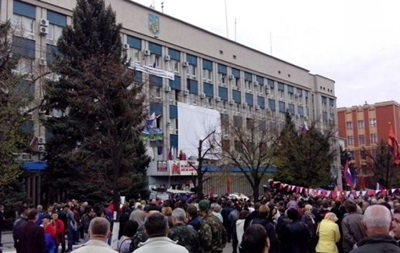 Луганские митингующие хотят участвовать в параде на 9 мая с российскими флагами