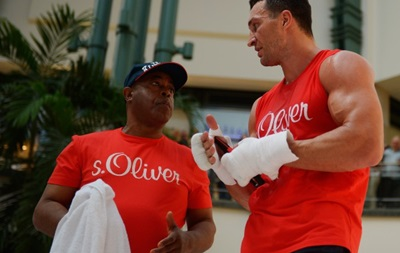 Фотогалерея: Как Кличко и Леапаи размяли кулаки в торговом центре