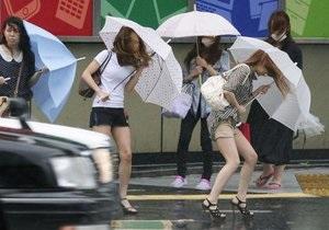 На японский остров надвигается сильный тайфун