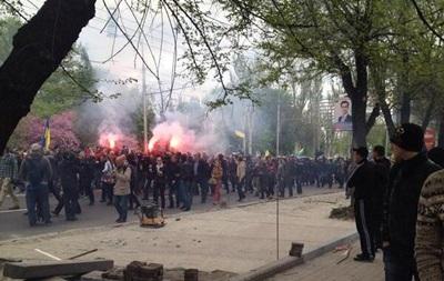 Митинг за единую Украину в Донецке разогнали люди в камуфляже с битами и арматурой