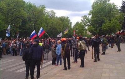 Протестующие в Луганске требуют, чтоб милиция отдала им оружие (видео)