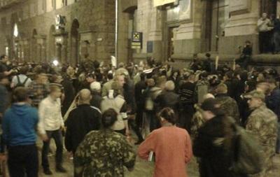 В Киеве на Майдане Незалежности происходит массовая драка, слышны выстрелы
