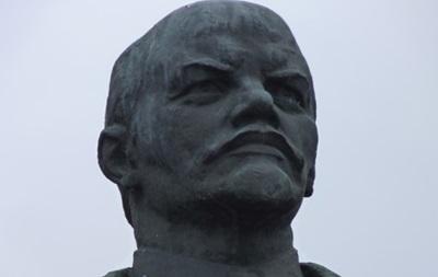 В Сумской области памятник Ленину выкрасили в сине-желтый цвет