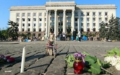 К одесскому Дому профсоюзов несут цветы, неизвестные сожгли флаг Украины
