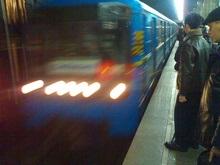 Красная ветка киевского метро парализована: человек на рельсах