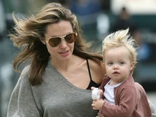Эксперты оценили фотографии близнецов Анджелины Джоли в $10 млн