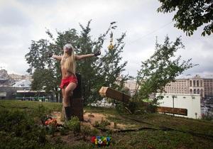 FEMEN спилили деревянный крест на Майдане Незалежности в знак поддержки Pussy Riot