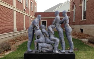 Американцы увидели в скульптуре о взаимопомощи пропаганду группового секса