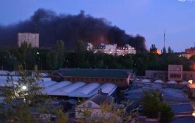 В центре Мариуполя горят шины, слышны выстрелы