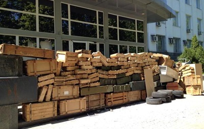 Здание СБУ в Донецке забаррикадировали ящиками из-под оружия