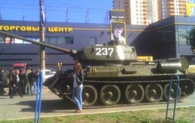 Протестующие в Луганске угнали с мемориального постамента танк и поставили его у здания СБУ