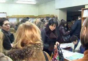 Азарова просят уволить главу налоговой, где журналистам запретили снимать огромные очереди