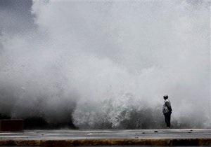 На столицу Кубы обрушились двухметровые волны