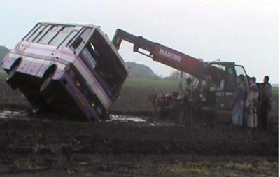 В Черкасской области ветер снес автобус с шоссе, пострадало семь человек