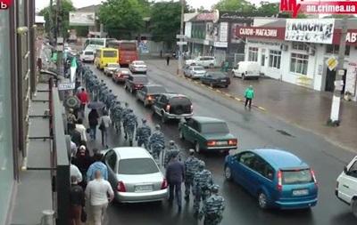 В Симферополе проходит траурный митинг крымских татар, центр города оцеплен ОМОНом
