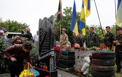 Баррикады и шины. Под Одессой открыли памятник Небесной сотне