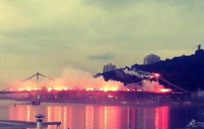 Ультрас устроили в Киеве огненное шоу на мосту