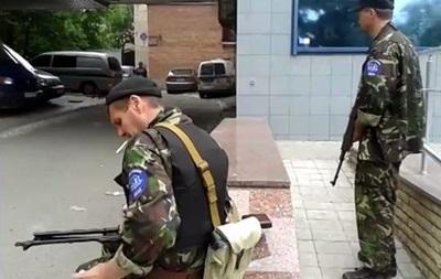 Центральную улицу Донецка окружили автоматчики, движение перекрыто - СМИ