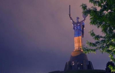 Родину-мать в Киеве  покрасили  в цвета национального флага