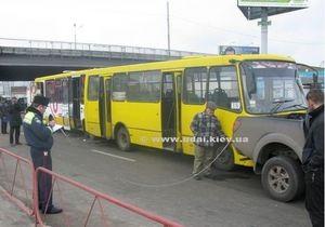 В Киеве столкнулись две маршрутки и пикап