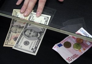 Межбанк: Евро сегодня подешевел, доллар - удерживает позиции