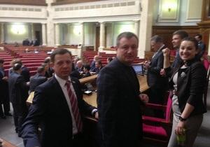 Оппозиция продолжает блокировать трибуну и президиум Рады