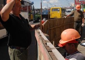 В киевских дворах начали ремонтировать асфальт