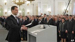 Эксперты: Медведев пытается сбить  протестную волну