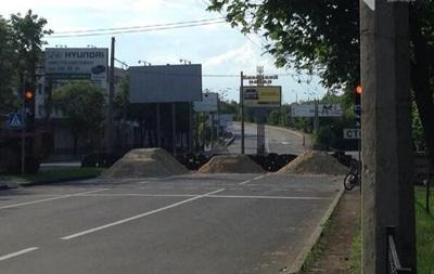 В Донецке дороги перекрывают шинами и песком