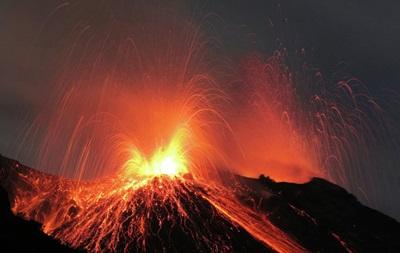 В Индонезии 14 человек пропали без вести из-за извержения вулкана