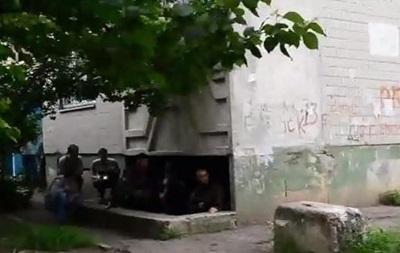 В жилых районах Луганска идет стрельба - видео