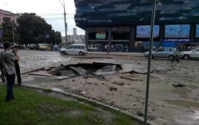 В Киеве - огромная пробка из-за провала асфальта на проезжей части