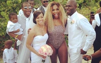 Первая ракетка мира пришла на свадьбу в ярком купальнике