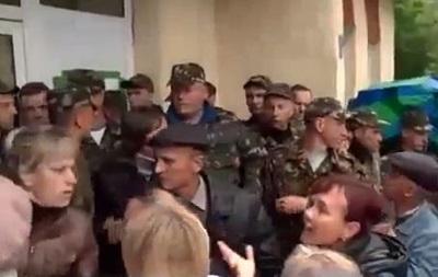 Во Львовской области родители призывников заблокировали военкомат