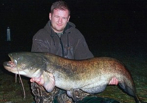 Новости Великобритании - странные новости: Британец поймал гигантского сома, считавшегося легендой