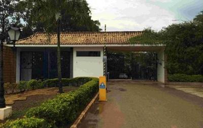 Отель сборной России в Бразилии обнесли высоким забором с колючей проволокой