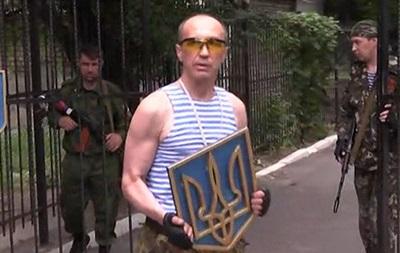 Луганские ополченцы снимают украинскую символику со здания областной администрации