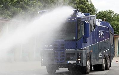 Мэр Лондона согласился опробовать на себе водометы, применяемые полицией