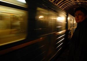 В Киеве в районе станции метро Левобережная разбили стекло первого вагона поезда