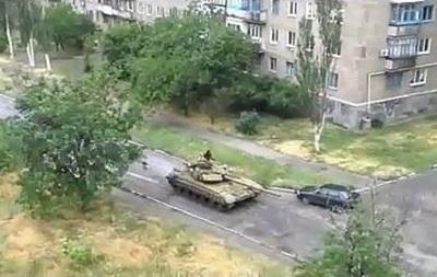 По улицам Снежного проехал танк - видео